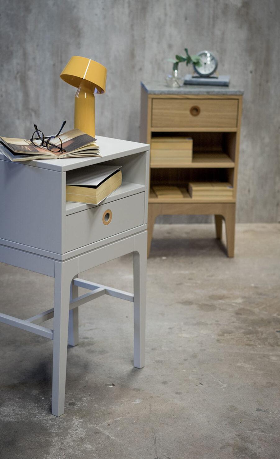 Miljöbild på Höllviken sängbord i ljusgrått.
