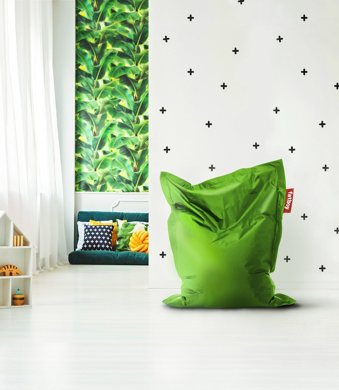 Miljöbild på fatboy junior saccosäck i färgen grass green.