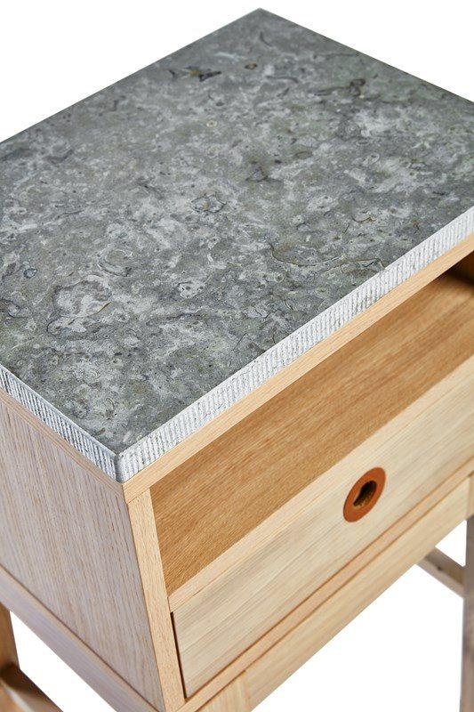 Detaljbild av Höllviken sängbord med toppskiva av kalksten