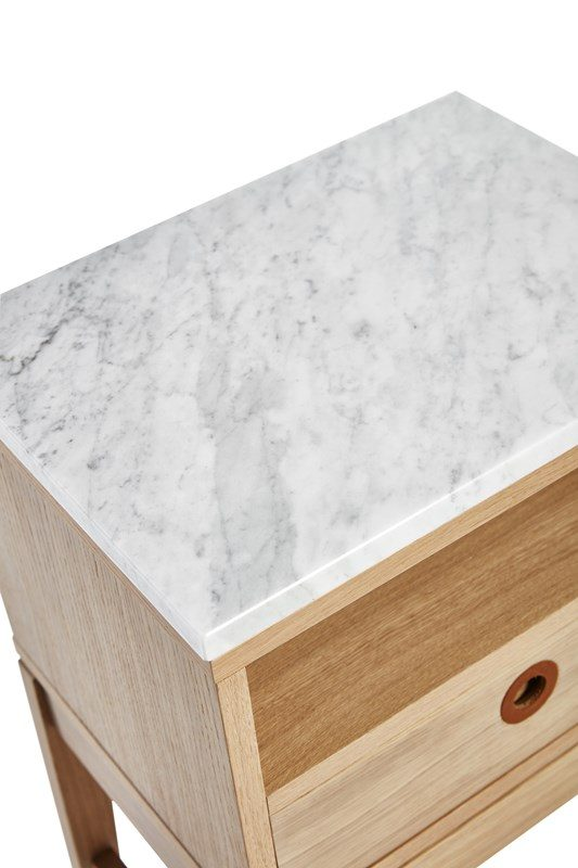 Detaljbild av höllviken bord med toppskiva av marmor