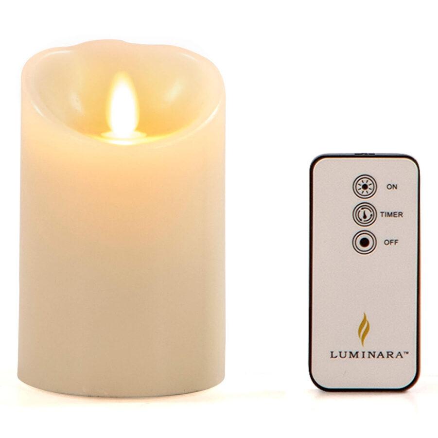 Luminaraljus i storleken 13 cm tänt.