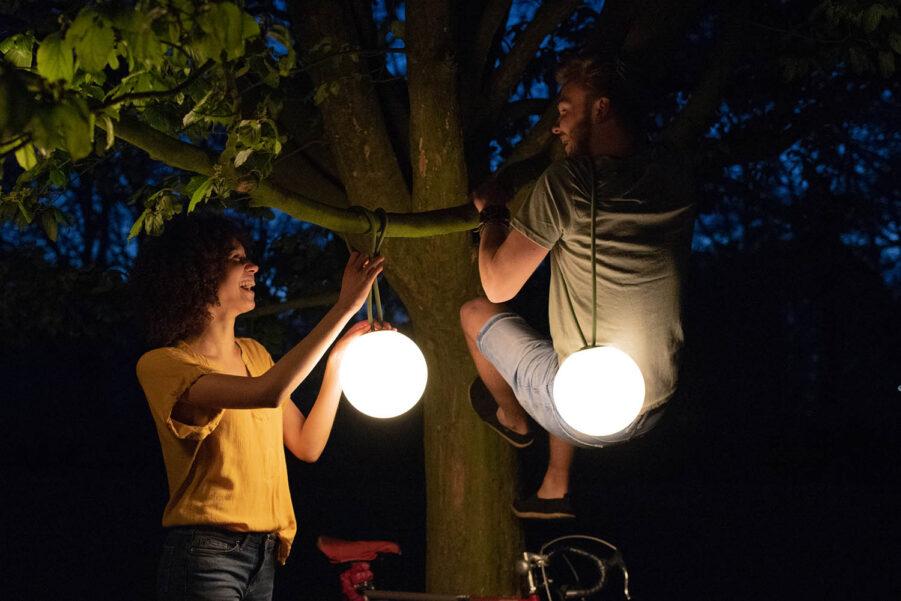 Bolleke led-lampor från Fatboy hängandes i träd.