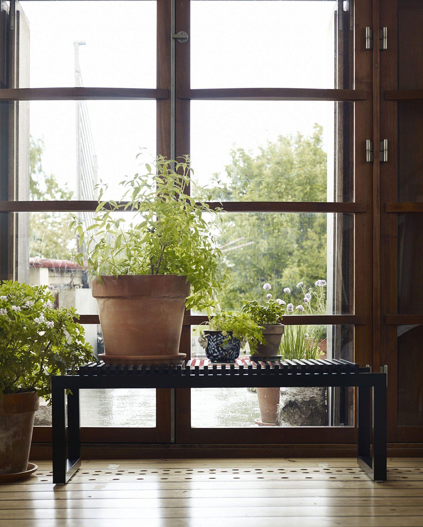 Miljöbild av svart bänk i Cutter-serien från Skagerak