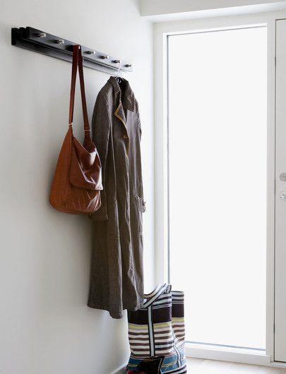 Miljöbild av Cutter klädhängare 100 cm i svart från Skagerak