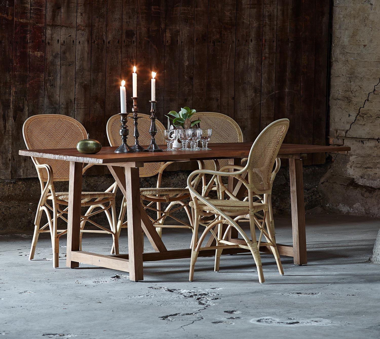 Lucas matbord i återvunnen teak från Sika Design med Rossini karmstol i naturfärgad rotting.