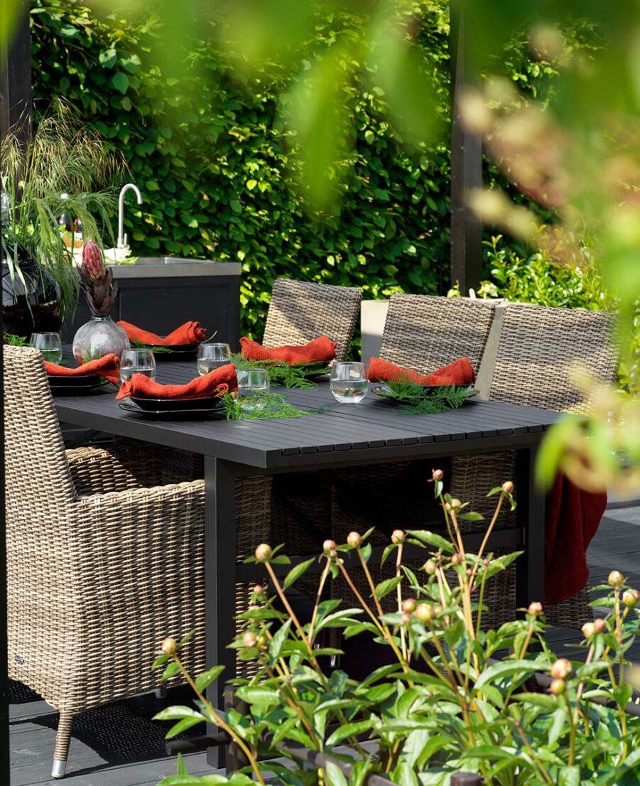 Matgrupp med Ninja karmstol och Vevi matbord i svart aluminium.