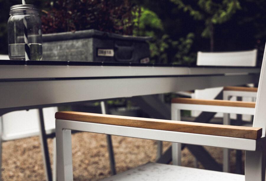 Närbild på Avanti stapelstol vit från Brafab.