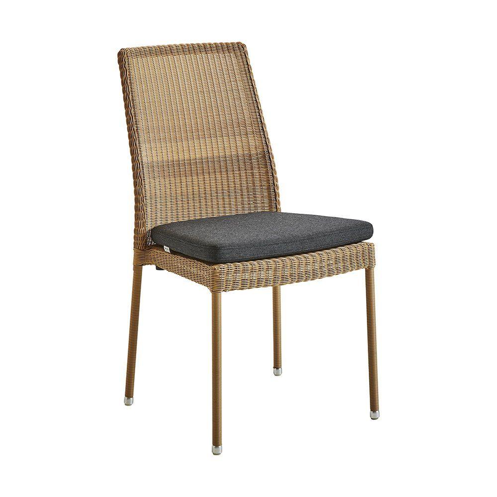 Newman stol i natur konstrotting med svart dyna från Cane-Line.