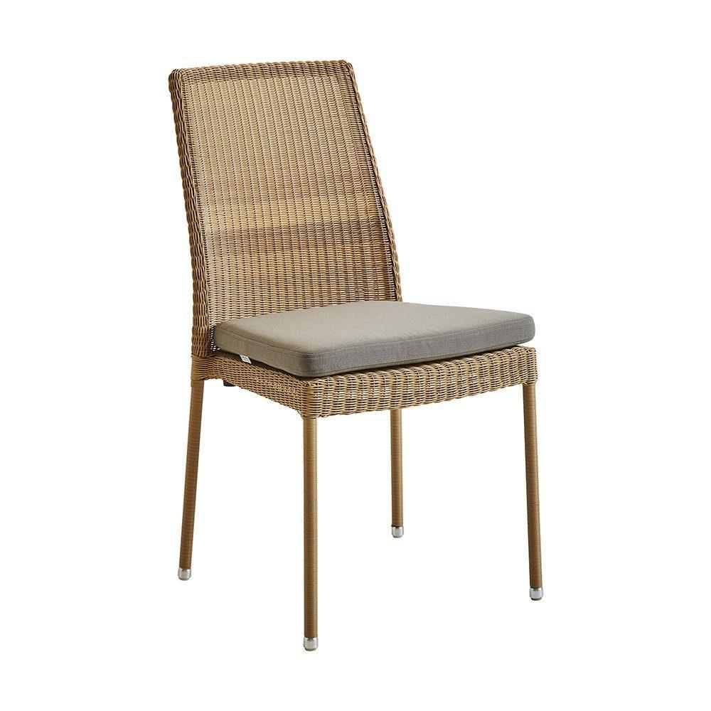 Newman stol i natur konstrotting med taupe dyna från Cane-Line.