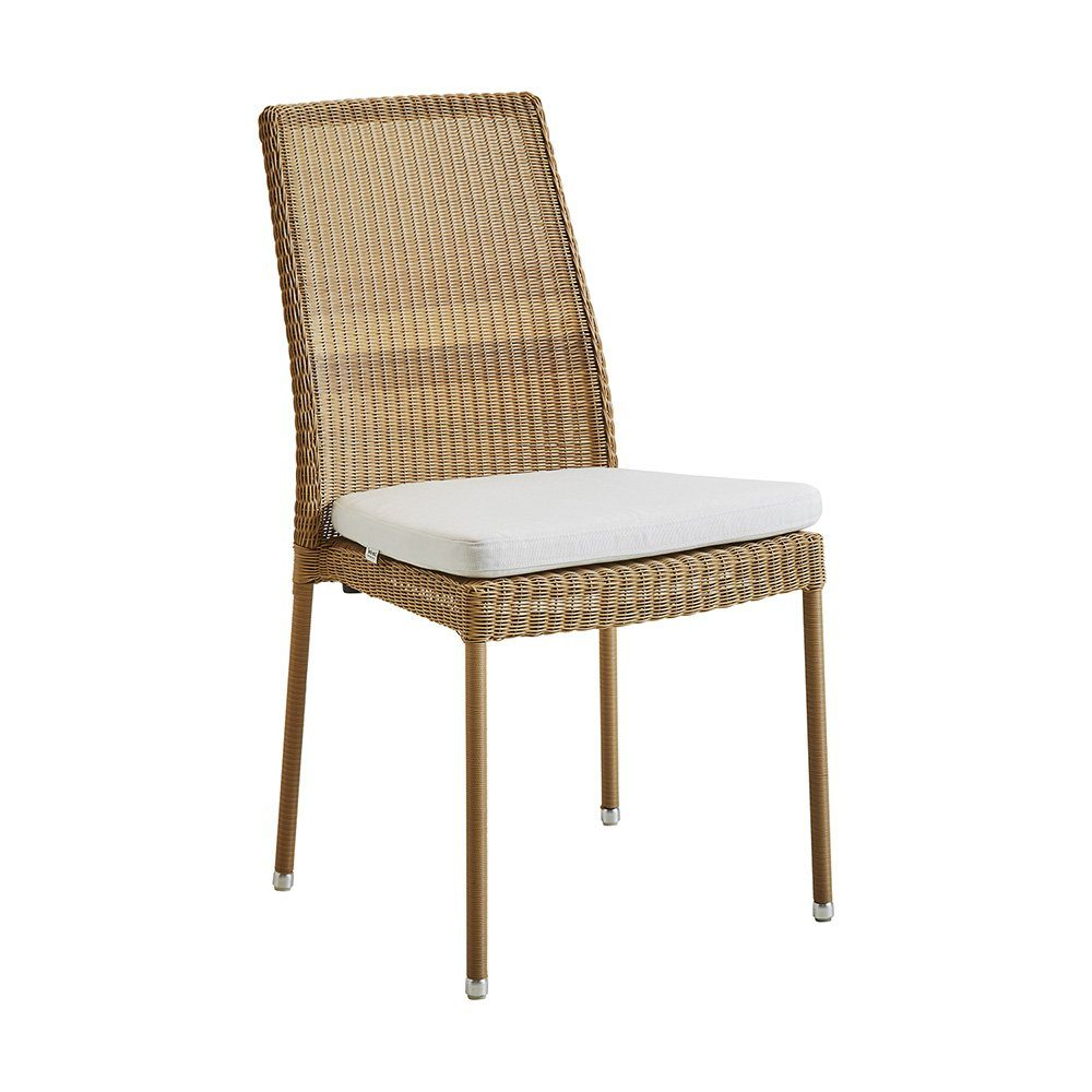 Newman stol i natur konstrotting med vit dyna från Cane-Line.