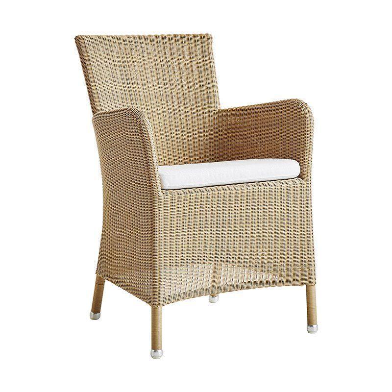 Hampsted karmstol i naturfärgad konstrotting med vit dyna från Cane-Line.