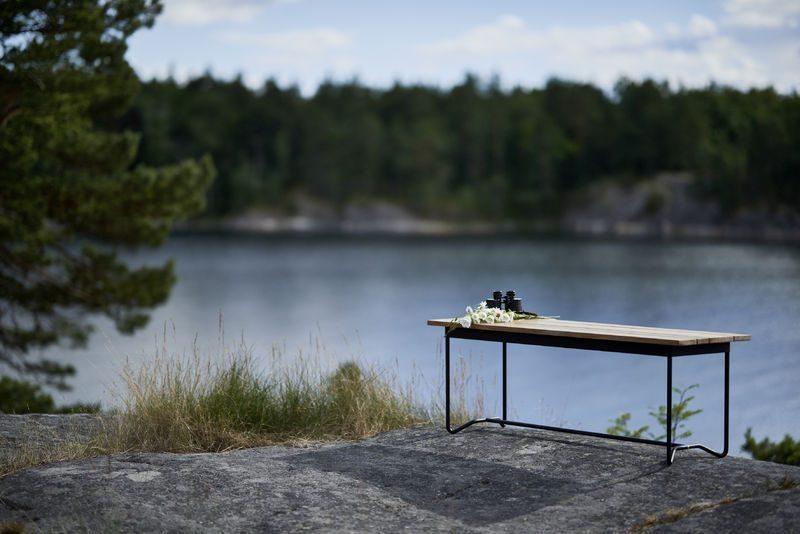 Grinda bänk i miljö från Skargaarden i teak.