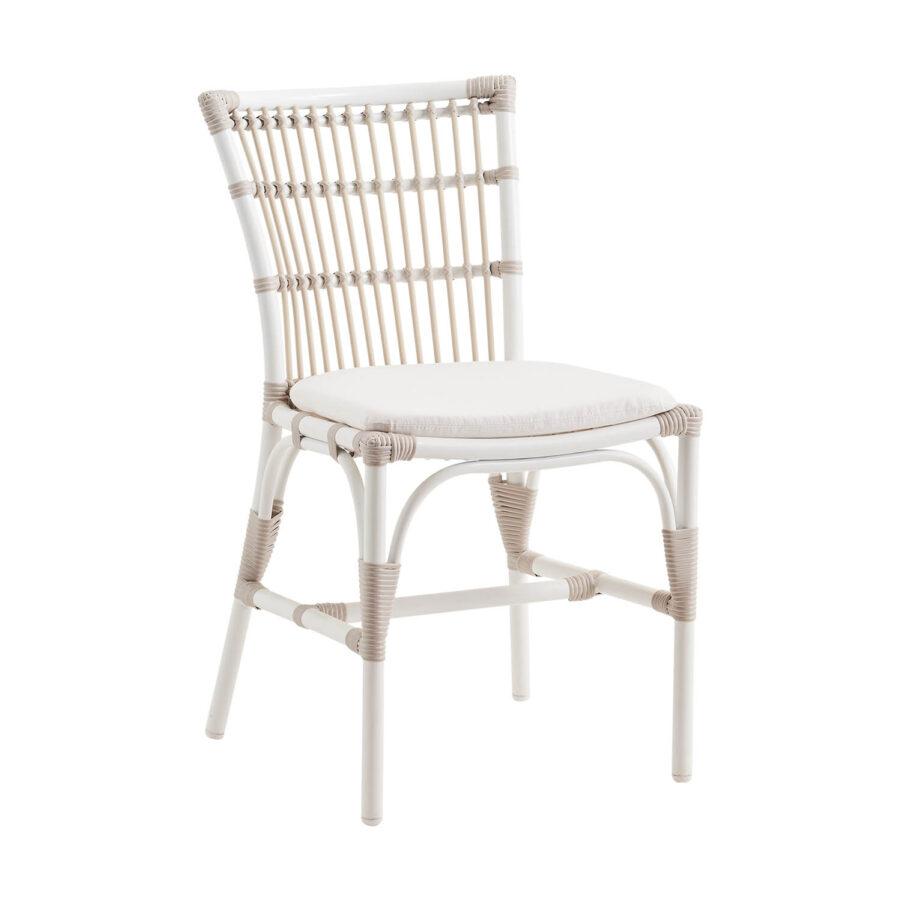Bild på Elisabeth matstol från sidan i färgen dove med dyna i vitt.
