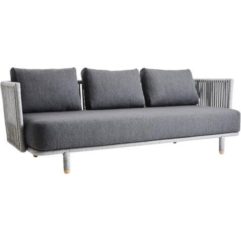 Moments soffa med dynor i grått swipe-tyg.