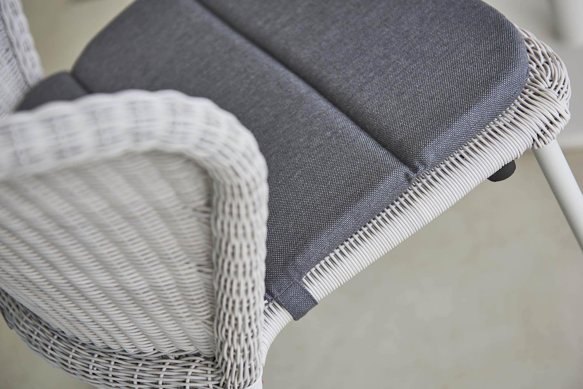 Detaljbord på Lean stol i vitgrått.