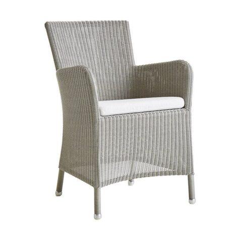 Hampsted karmstol i taupegrå konstrotting med vit dyna från Cane-Line.