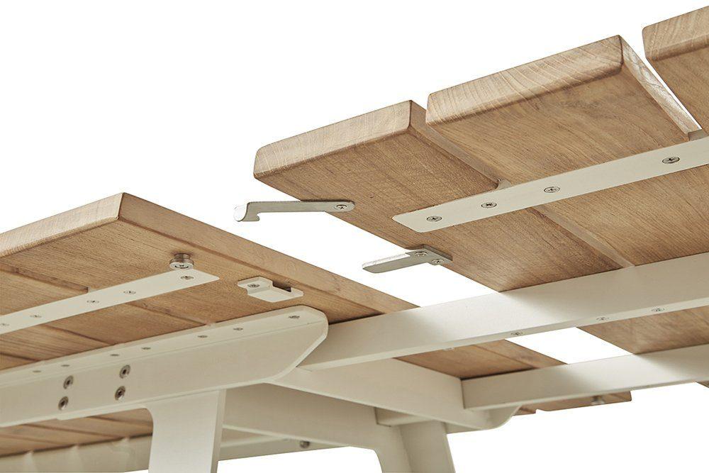 Detaljbild på Copenhagen förlängningsbord i aluminium och teak från Cane-Line.