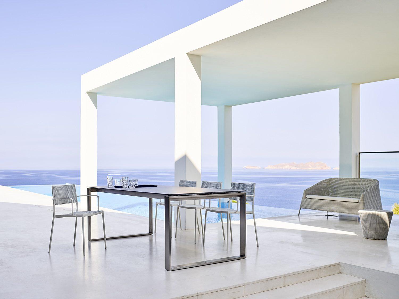 Edge matbord med Less stolar och Kingston soffa.