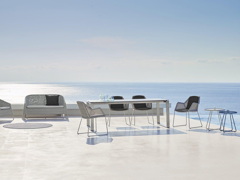 Breeze matstolar och Edge bord med Kingston soffa.