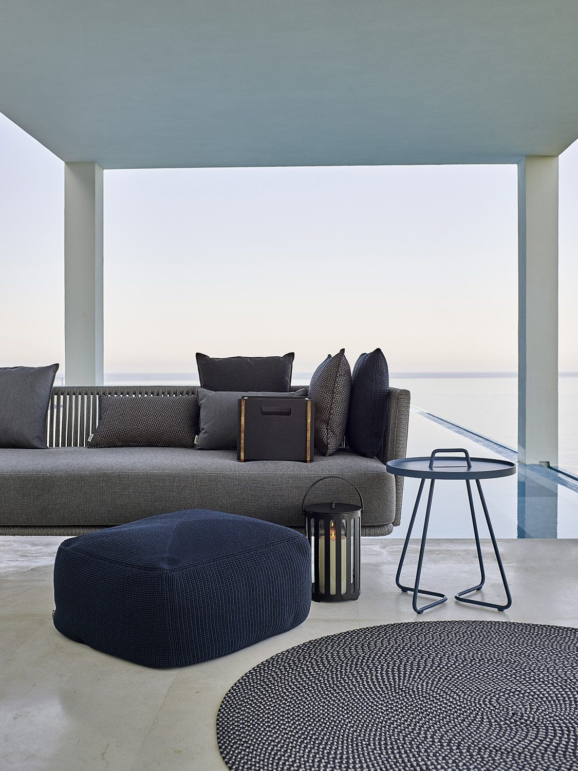 Cane-Line accessories med Moment soffa.