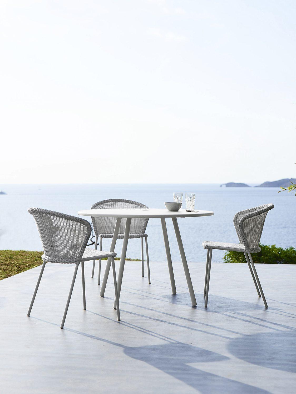 Lean caféstolar i vitgrå konstrotting från Cane-Line.