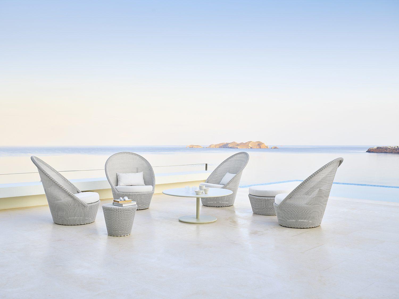Kingston solstolar i vit-grå tillsammans med go soffbord i vitt.