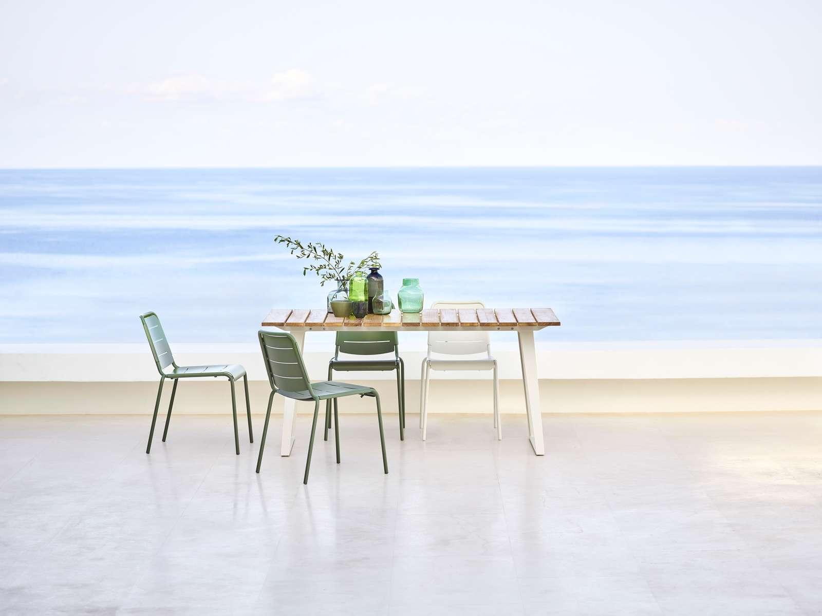 Grön och vit citystol med Copenhagen matbord i teak och aluminium från Cane-LIne.