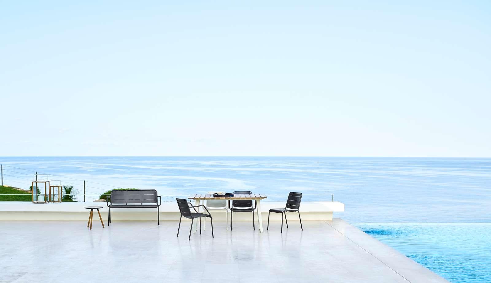 Copenhagen matbord i teak och aluminium med lava grå stolar.