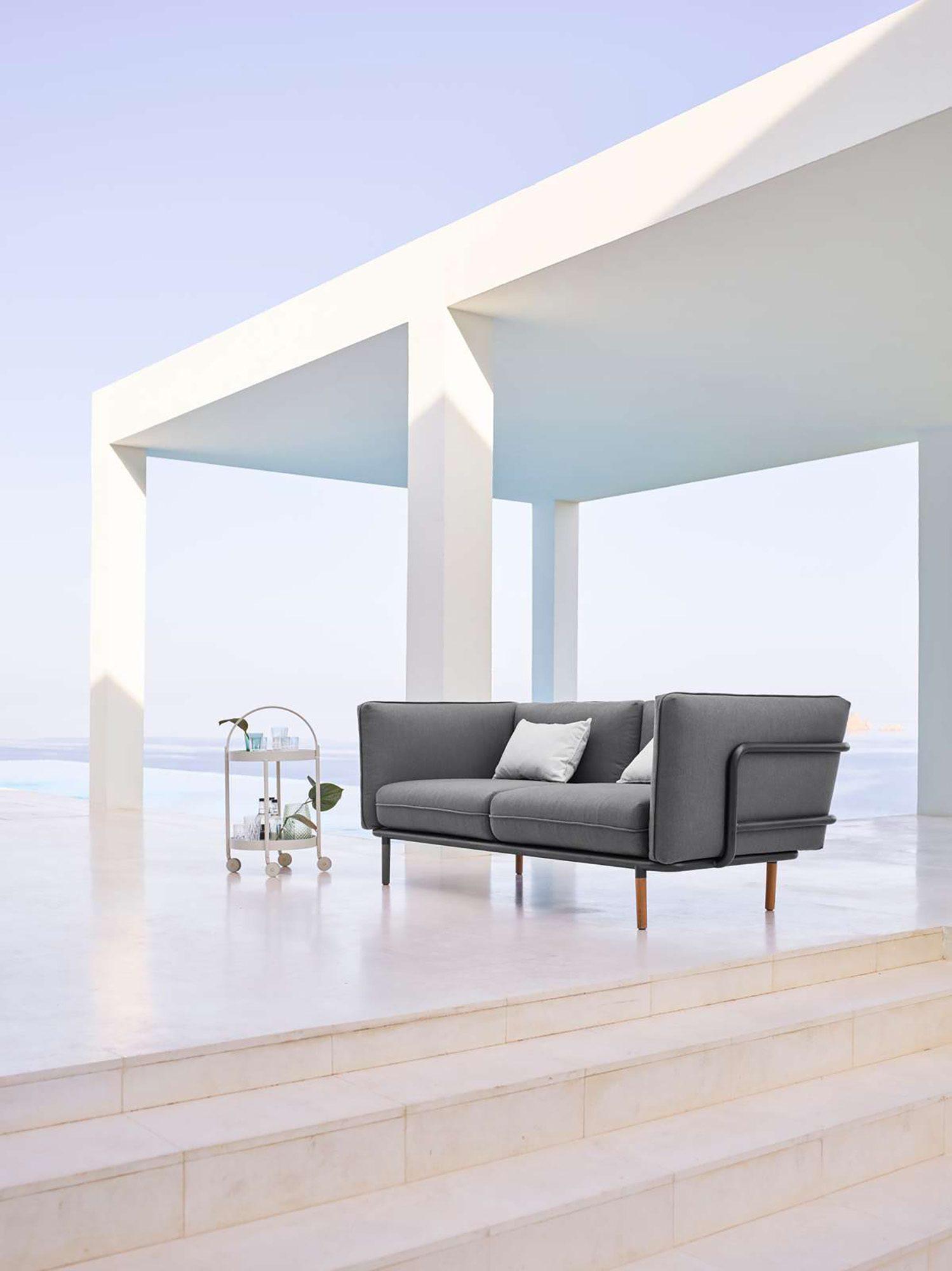 3-sits soffan Urban och rullbordet Roll från Cane-Line.