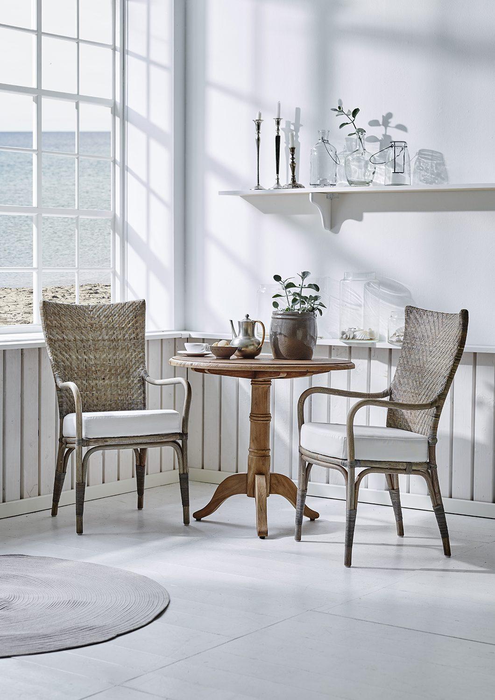 Melody karmstol i taupe tillsammans med Michel bord från Sika-Design.