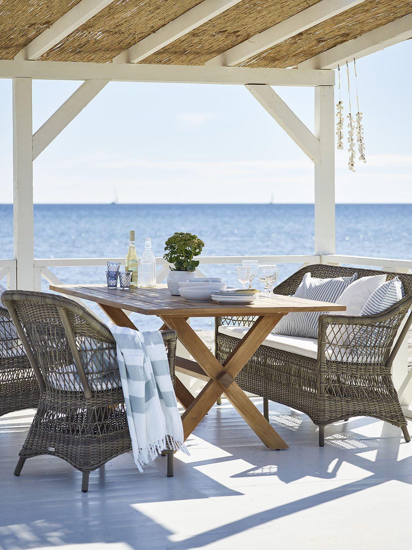 Charlot med Colonial bord i teak från Sika-Design.