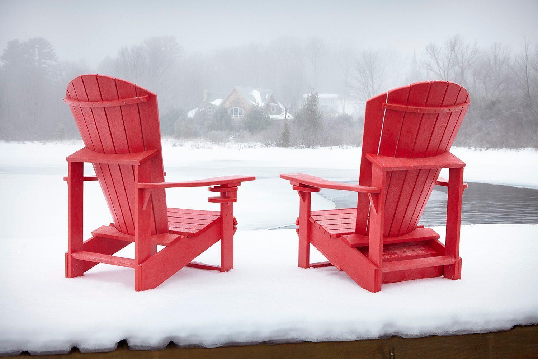 Adirondackstol i återvunnen plast från C.R.Plastic Products i rött.