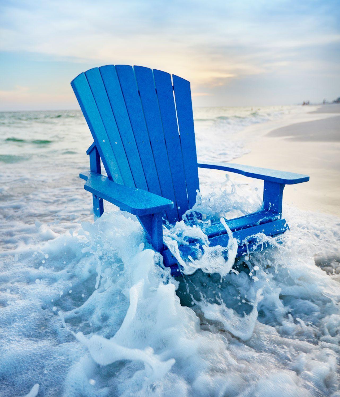 Adirondackstol i återvunnen plast från C.R.Plastic Products i blått.