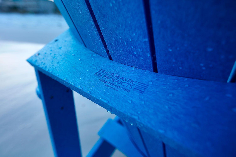 Detaljbild på Adirondackstol i återvunnen plast från C.R.Plastic Products i blått.