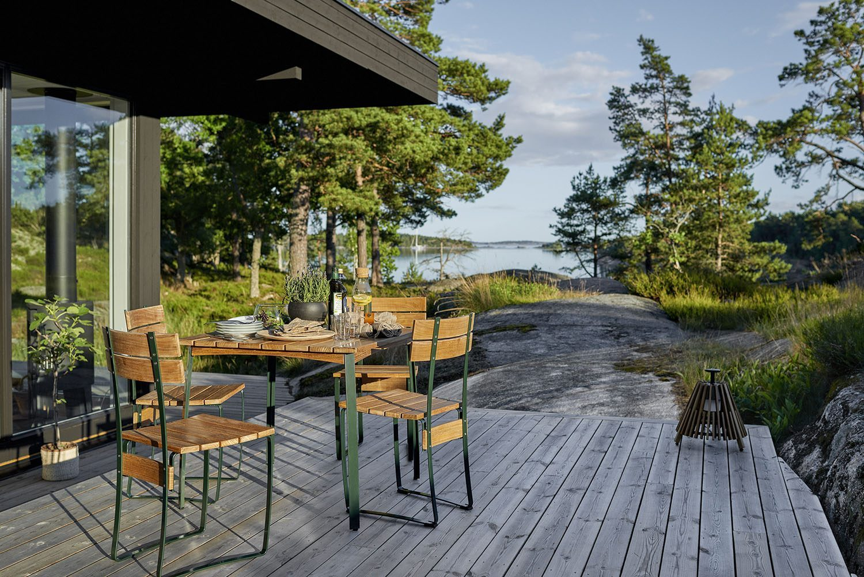 Kerteminde bord 80x80 cm från Skargaarden i teak och grönt stålstativ.
