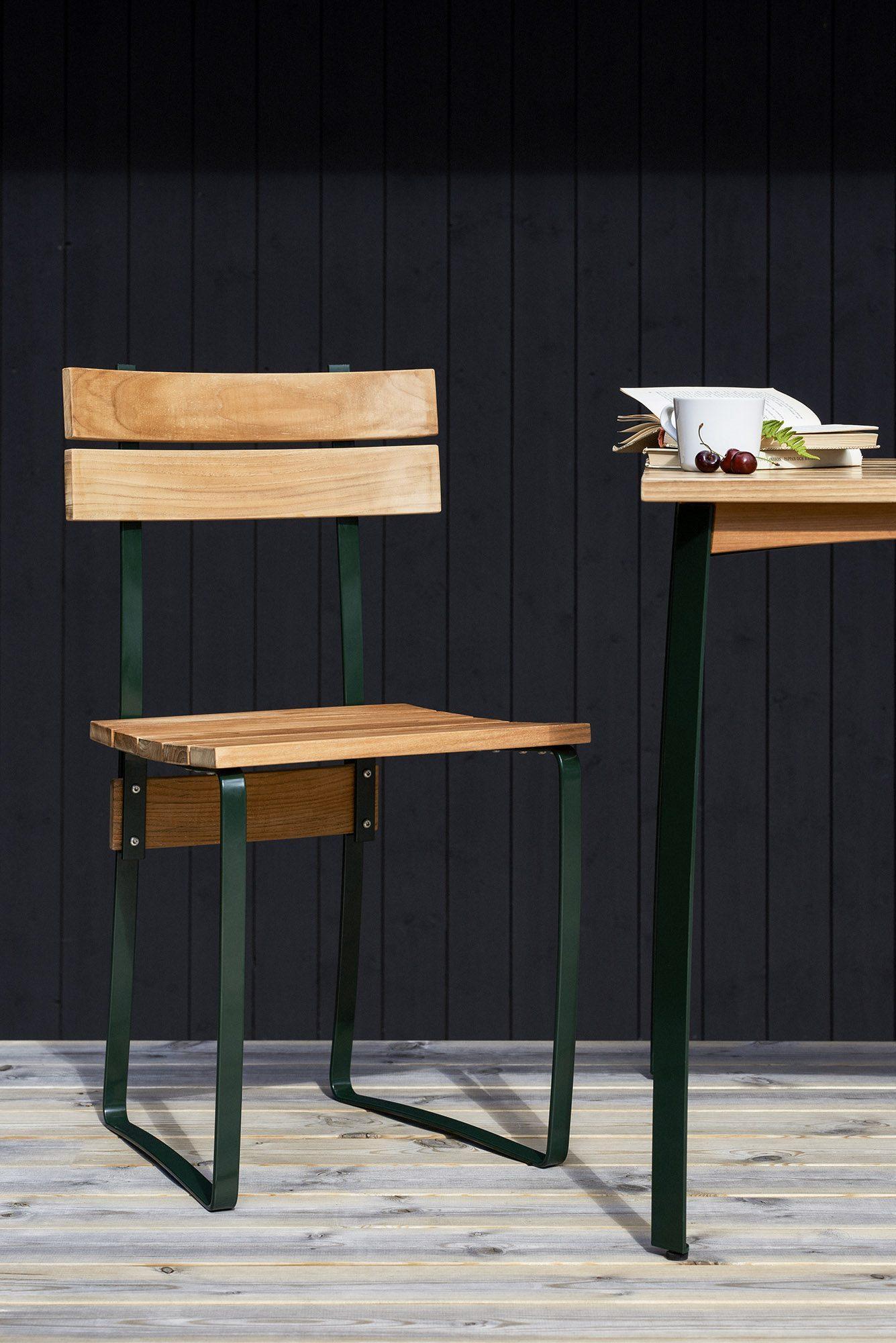 Kerteminde stol från Skargaarden har ett grönlackat stativ.