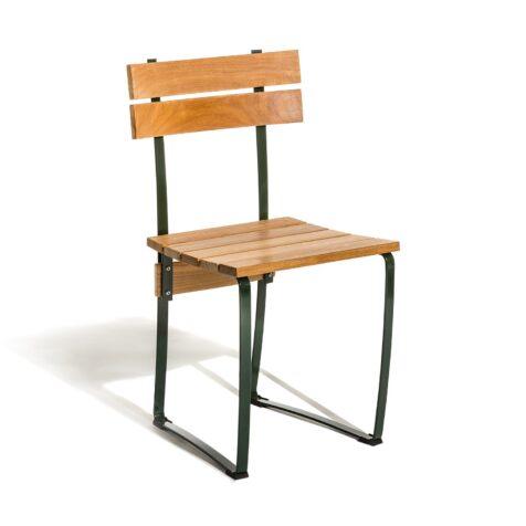 En robust men ändå nätt matstol Kerteminde från Skargaarden i teak med grönt stativ.