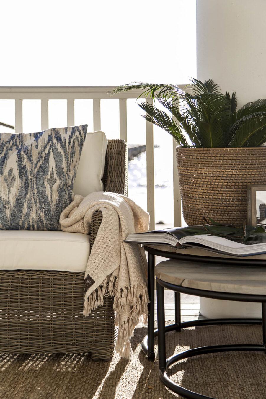 Miljöbild på konstrottingfåtöljen Layton med soffbordet Anson.