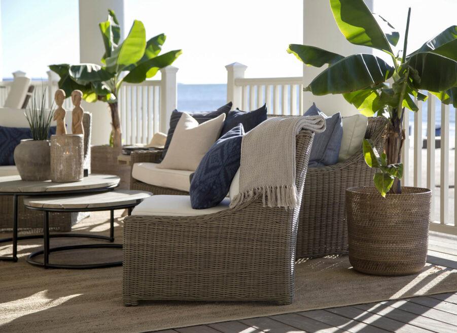 Miljöbild på Key Largo konstrottingfåtölj med soffbord i serien Anson och soffan Layton.