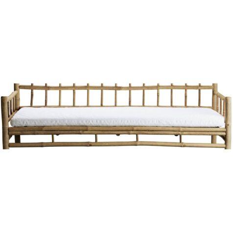 Bild på vit dyna till bambusoffa med rutmönster i ryggen.