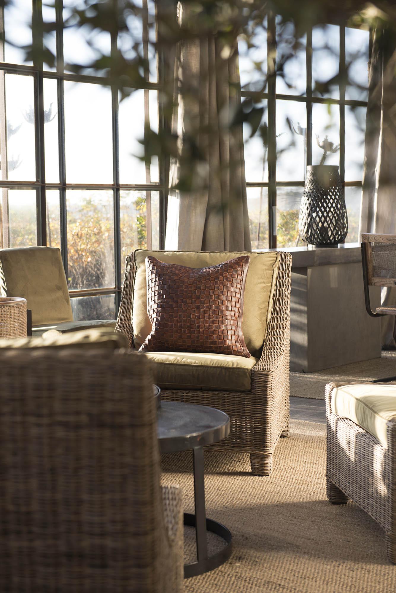 Miljöbild på Madison loungefåtölj med prydnadskudde Covello.