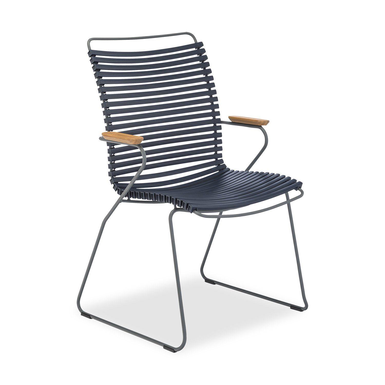 Click karmstol med hög rygg och mörkblå lameller.