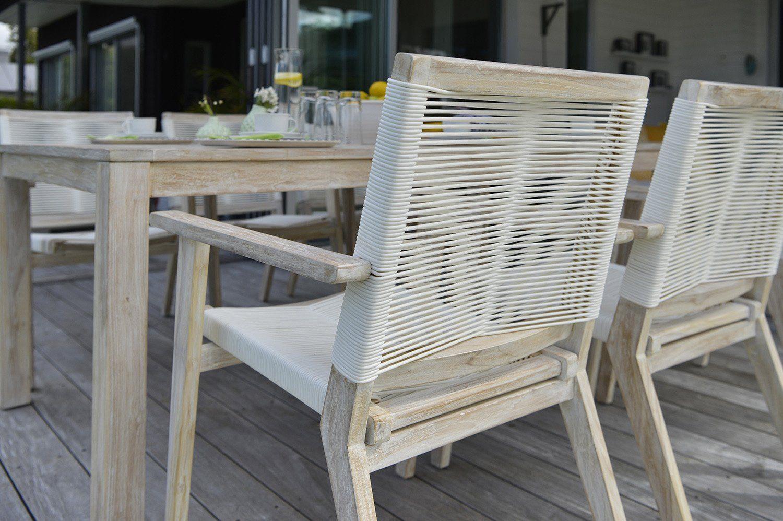 Wellington karmstol i teak med flätad rygg och sits tillsammans med matbord.