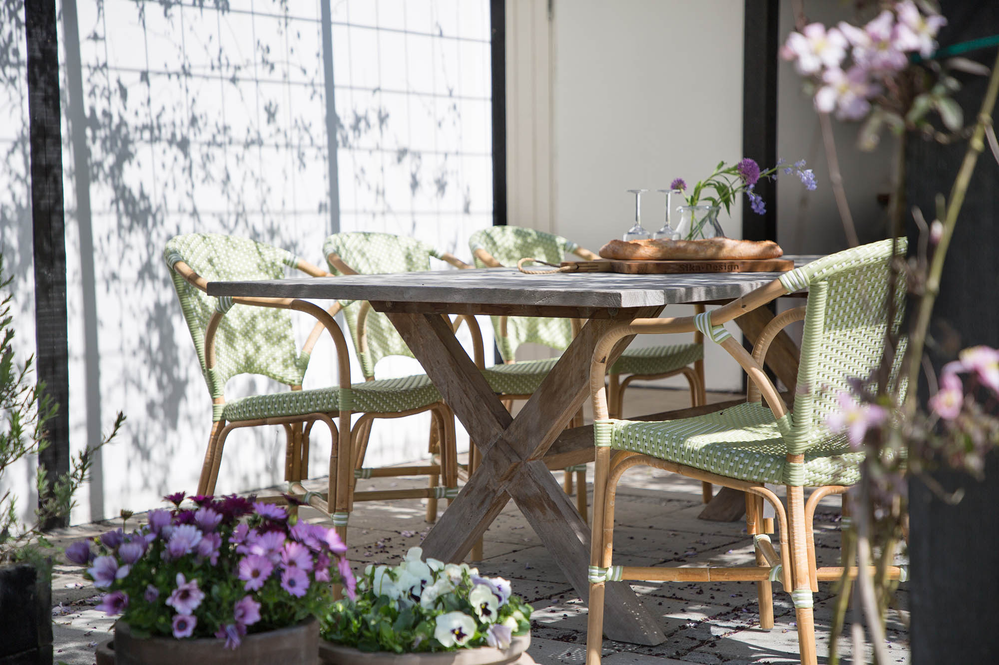 Valeri karmstoli rotting och konstrotting med Colonial matbord i teak, från Sika-Design.