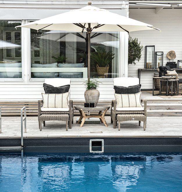 Miljöbild på Tampa solstolar, Tonga soffbord och Portofino parasoll.