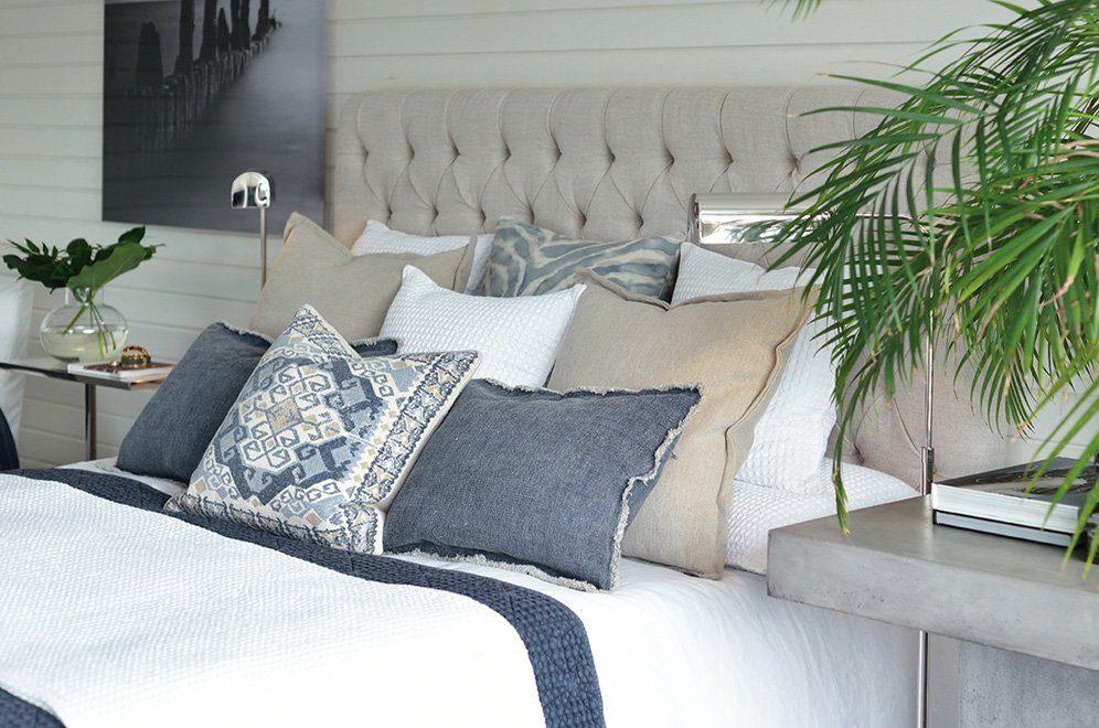 Miljöbild på London sänggavel och prydnadskuddar från Artwood.