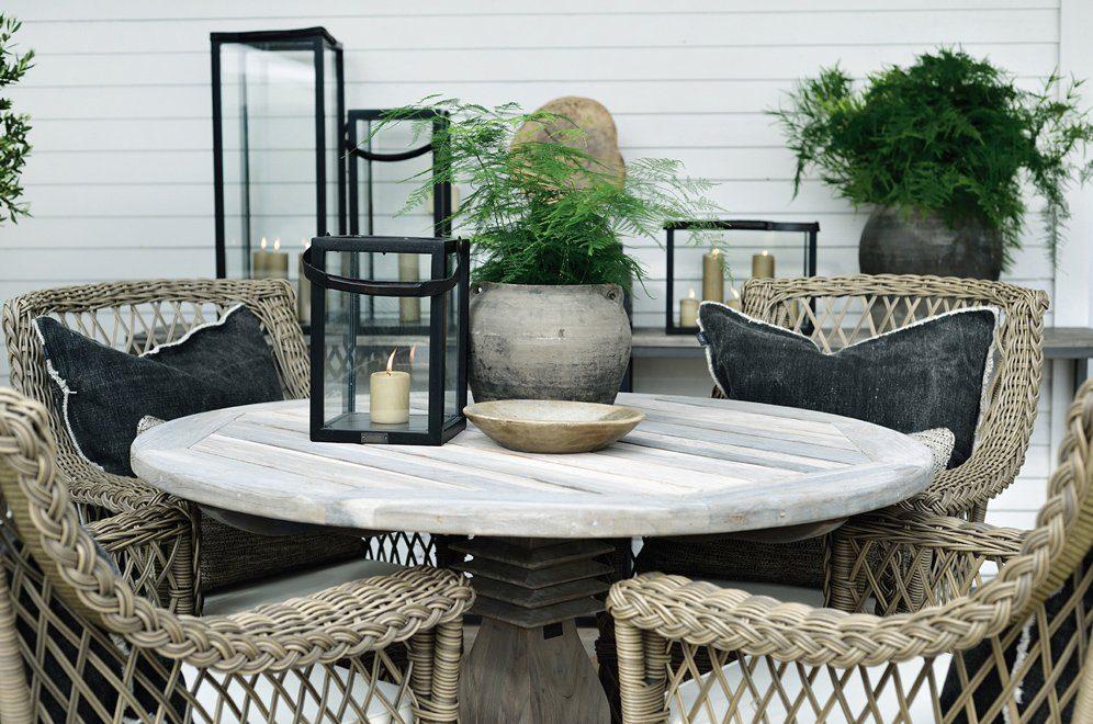 Miljöbild av Vintage round matbord och Estelle karmstolar från Artwood.