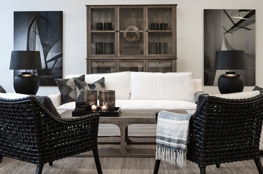 Denver vitrinskåp och soffbord, Midtown soffa, Aspen fåtöljer och matta från Artwood.