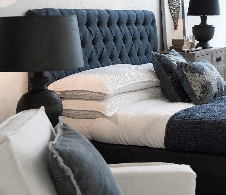 Laurent och Vincent kuddfodral från Artwood och London sänggavel i tyget Linnen Indigo.