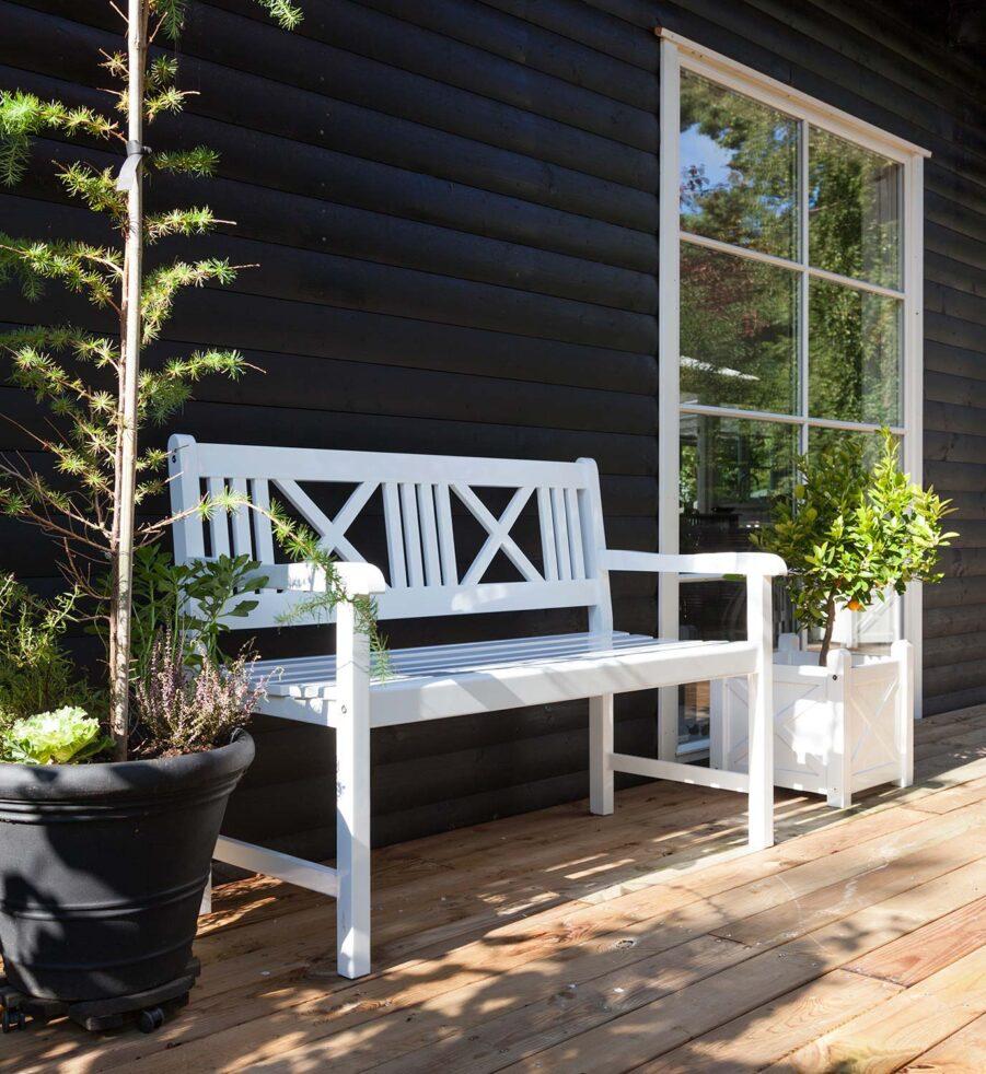 Rosenborg soffa från Cinas i vitlackad mahogny.